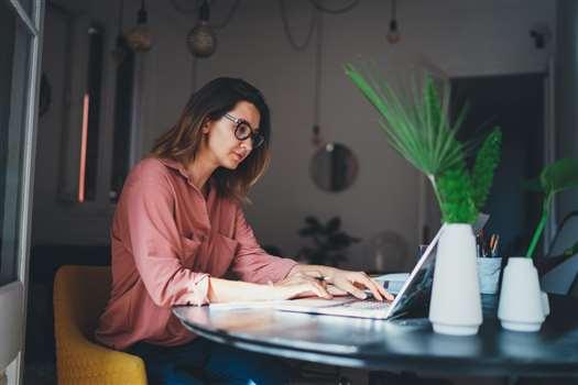 Jak założyć sklep internetowy? Praktyczne wskazówki i porady dla początkujących.