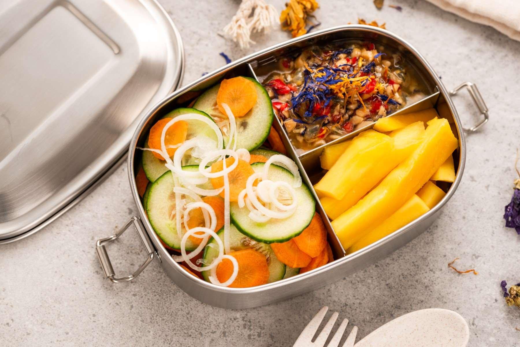 Posiłki w pracy – komu i ile ekwiwalentu należy się za jedzenie?