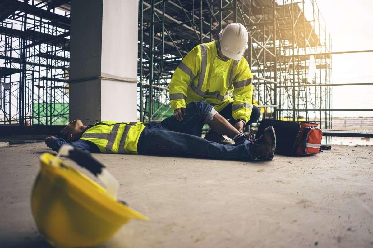 Wypadek przy pracy – jak postąpić kiedy do niego dojdzie? Jak starać się o odszkodowanie?